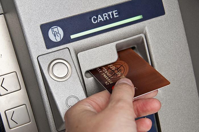 banque-adapte-ses-distributeurs-de-billets-pour-les-personnes-malvoyantes